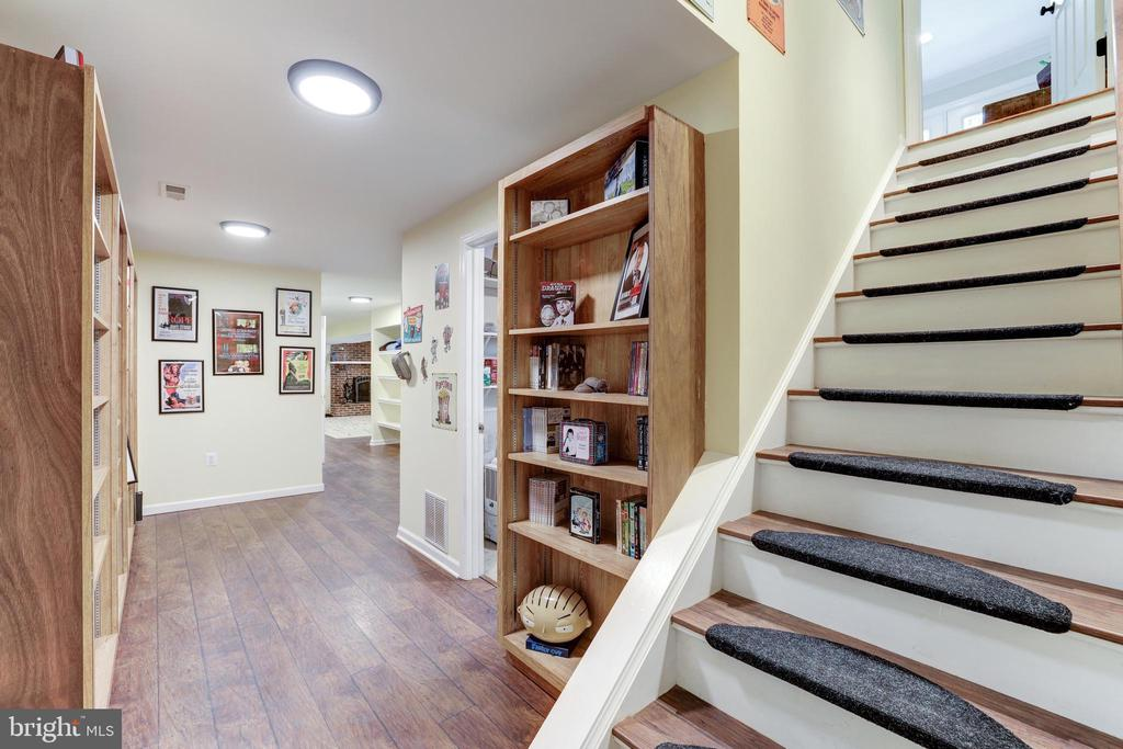 Lower Hallway - 8104 FLOSSIE LN, CLIFTON