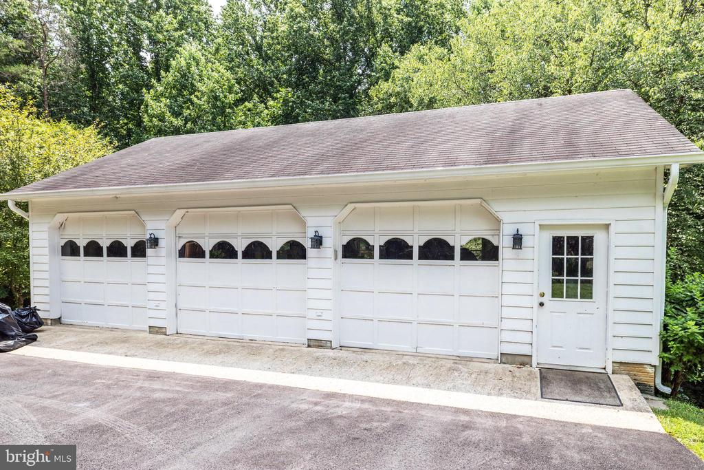 Oversized 5 car garage, three front bays - 8104 FLOSSIE LN, CLIFTON