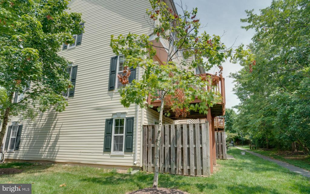 Side View of Townhome! - 23114 BLACKTHORN SQ, STERLING