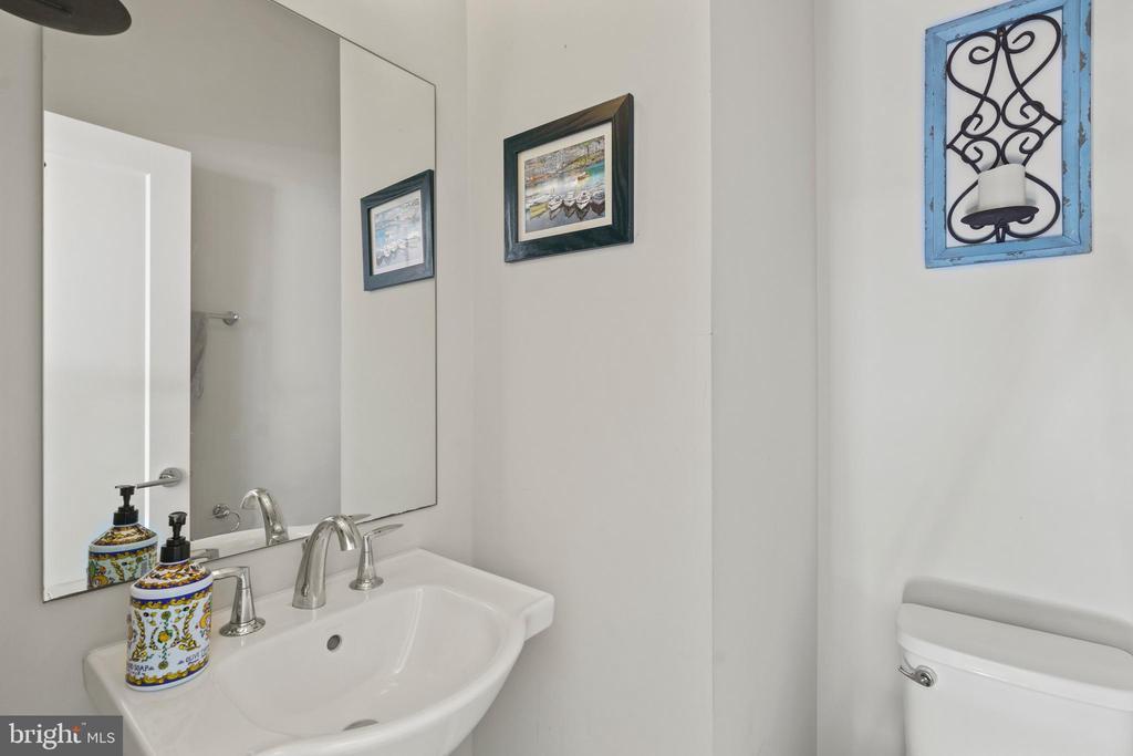 Powder room on main level - 256 BLUEMONT BRANCH TER SE, LEESBURG