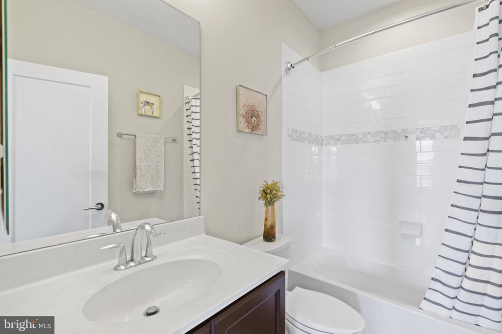 3rd full bathroom on 4th level loft - 256 BLUEMONT BRANCH TER SE, LEESBURG