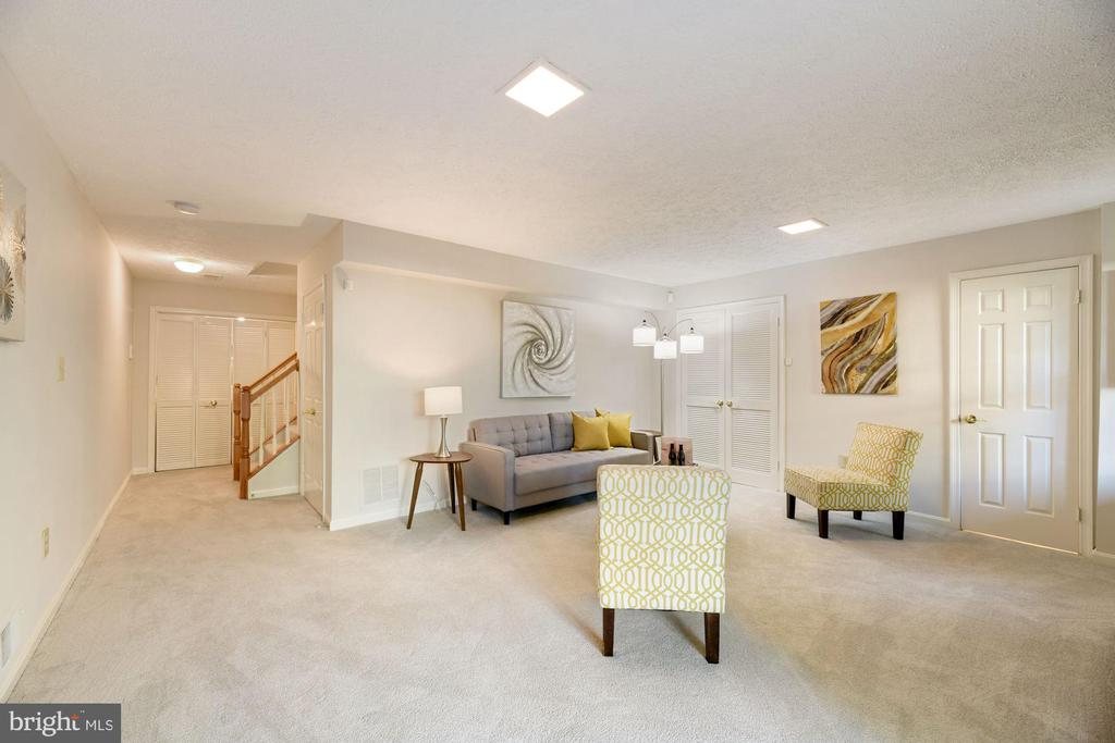 Family Room - Spacious, Light, & Bright! - 8009 MERRY OAKS LN, VIENNA