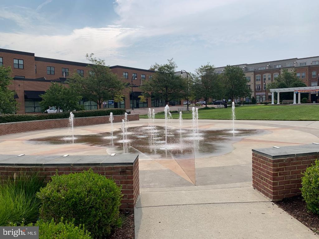 The famed greenspace at Lansdowne Town Center - 19383 NEWTON PASS SQ #R06V, LEESBURG