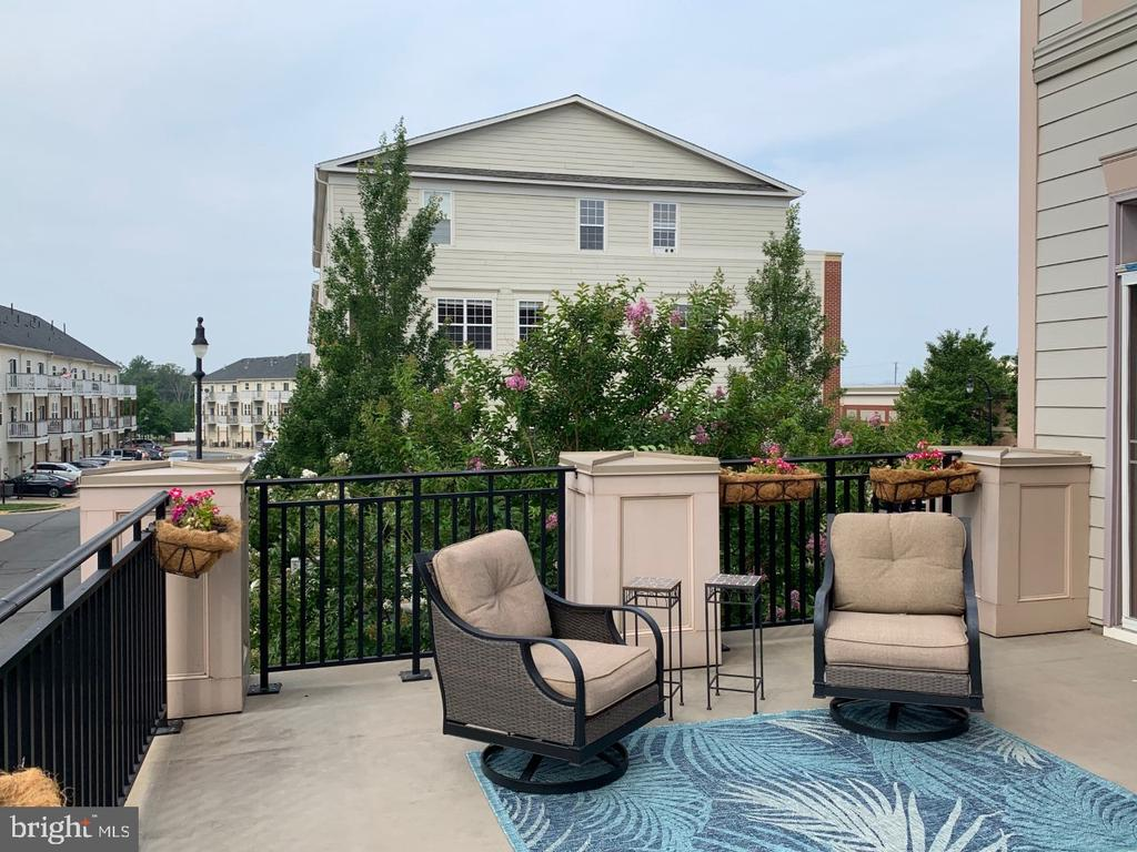 Main level outdoor terrace - casual seating area - 19383 NEWTON PASS SQ #R06V, LEESBURG