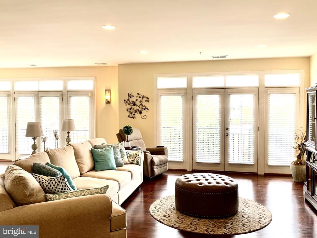 Full size french door window walls with views - 19383 NEWTON PASS SQ #R06V, LEESBURG