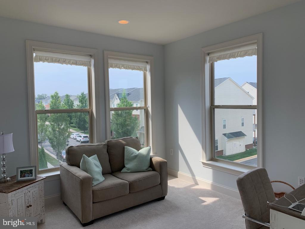 Separate sitting room off master suite - 19383 NEWTON PASS SQ #R06V, LEESBURG