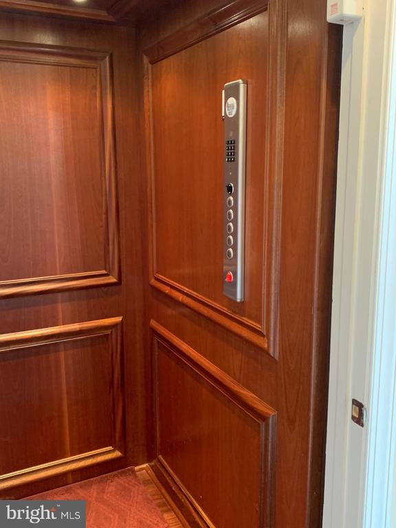 Ride your elevator throughout the home - 19383 NEWTON PASS SQ #R06V, LEESBURG