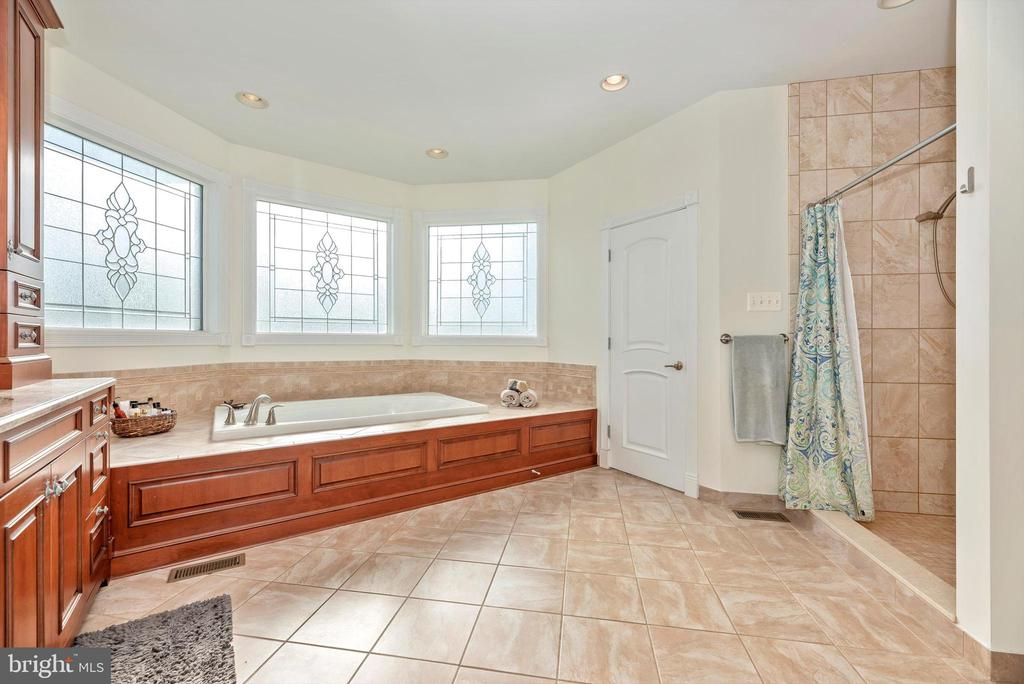 Oversized Soaking Tub - 7525 OLD RECEIVER RD, FREDERICK
