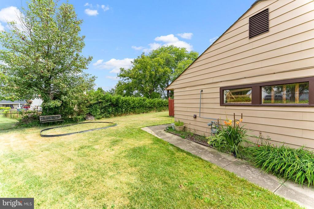 House side view - 4800 FLOWER LN, ALEXANDRIA