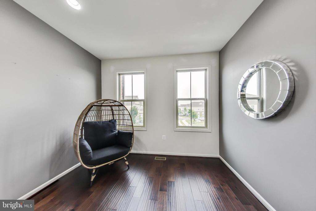 Main level multipurpose office or study room - 23636 SAILFISH SQ, BRAMBLETON