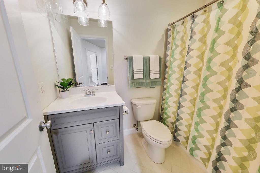 2nd full bathroom on upper level - 23636 SAILFISH SQ, BRAMBLETON