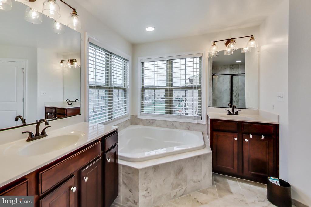 Soaking tub with double vanity in Owner's Bath - 23636 SAILFISH SQ, BRAMBLETON