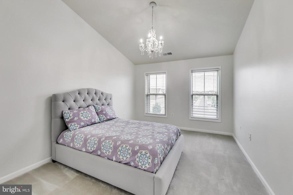 2nd bedroom with vaulted ceiling - 23636 SAILFISH SQ, BRAMBLETON