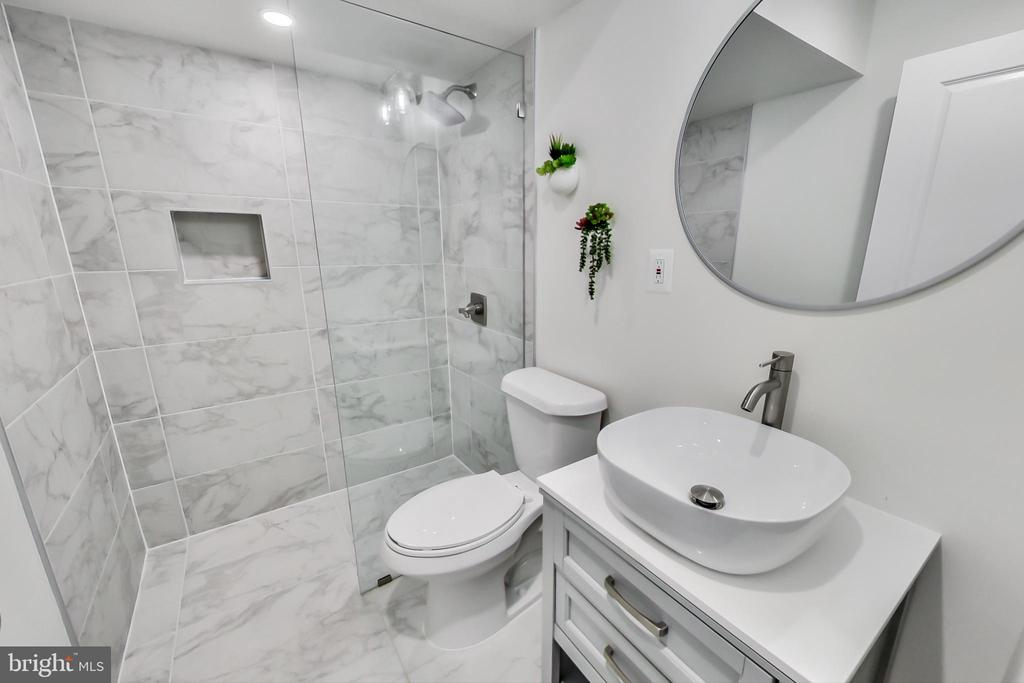 Remodeled 3rd full bathroom in lower level - 23636 SAILFISH SQ, BRAMBLETON