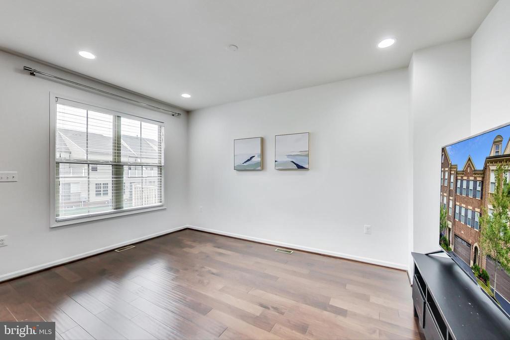 Tons of natural light throughout home - 23636 SAILFISH SQ, BRAMBLETON
