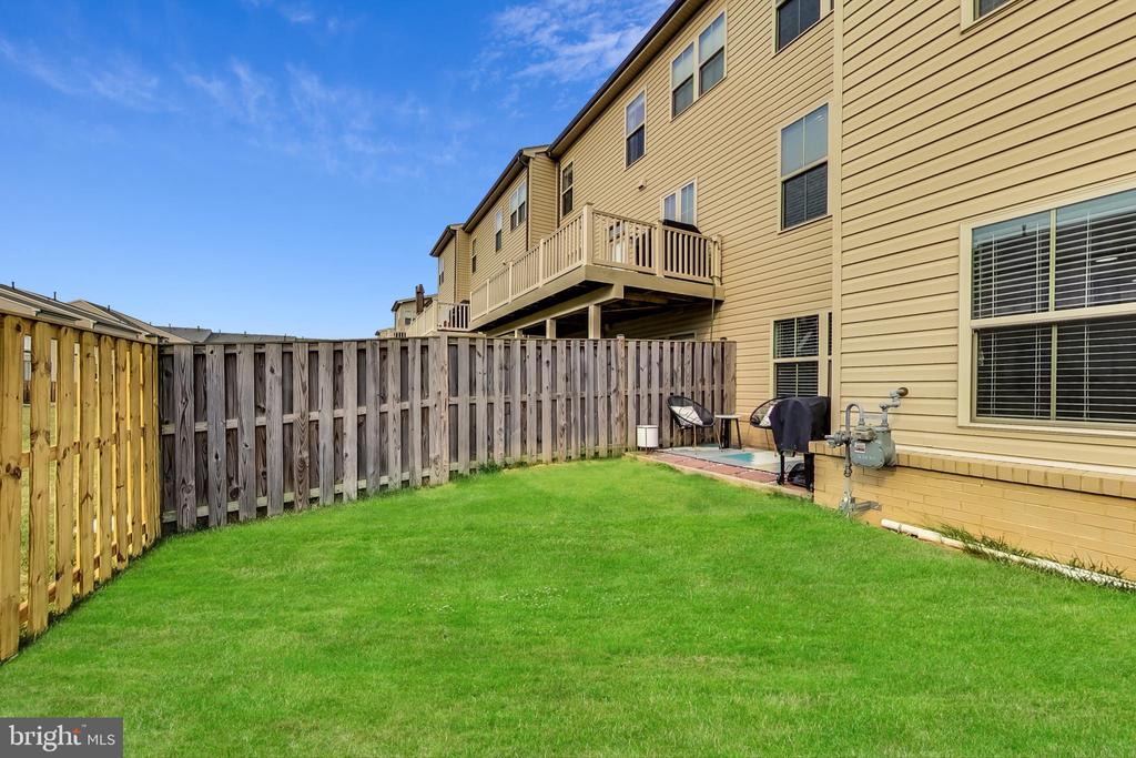 Spacious fenced backyard with patio - 23636 SAILFISH SQ, BRAMBLETON