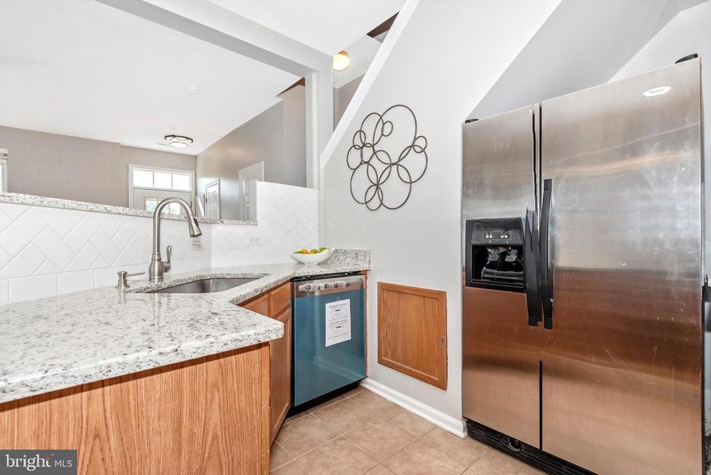Kitchen w/ granite and SS Appliances - 5188 DUKE CT, FREDERICK