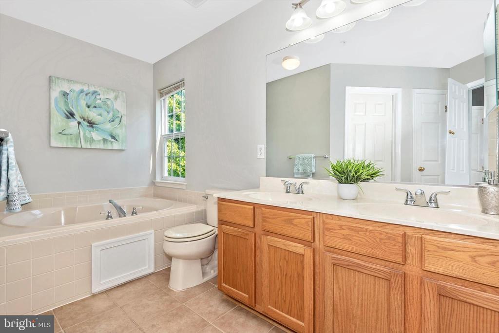 primary en-suite bath w/ double vanity - 5188 DUKE CT, FREDERICK