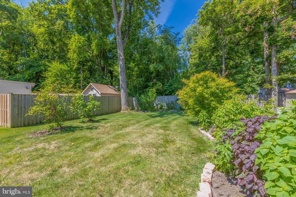 Backyard with tons of landscaping - 1534 YOUNGS POINT PL, HERNDON