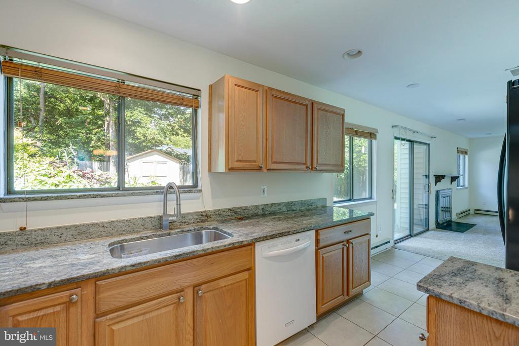 Large window overlooking the lush backyard - 1534 YOUNGS POINT PL, HERNDON