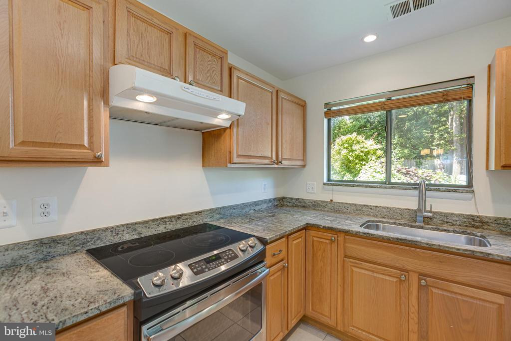 Kitchen with newer appliances - 1534 YOUNGS POINT PL, HERNDON