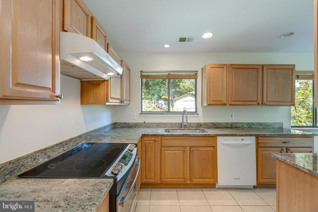 Updated Kitchen - 1534 YOUNGS POINT PL, HERNDON