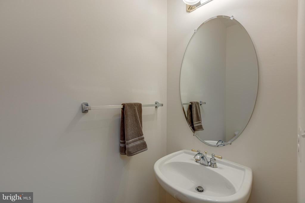 Half bath - 43151 CROSSWIND TER, BROADLANDS