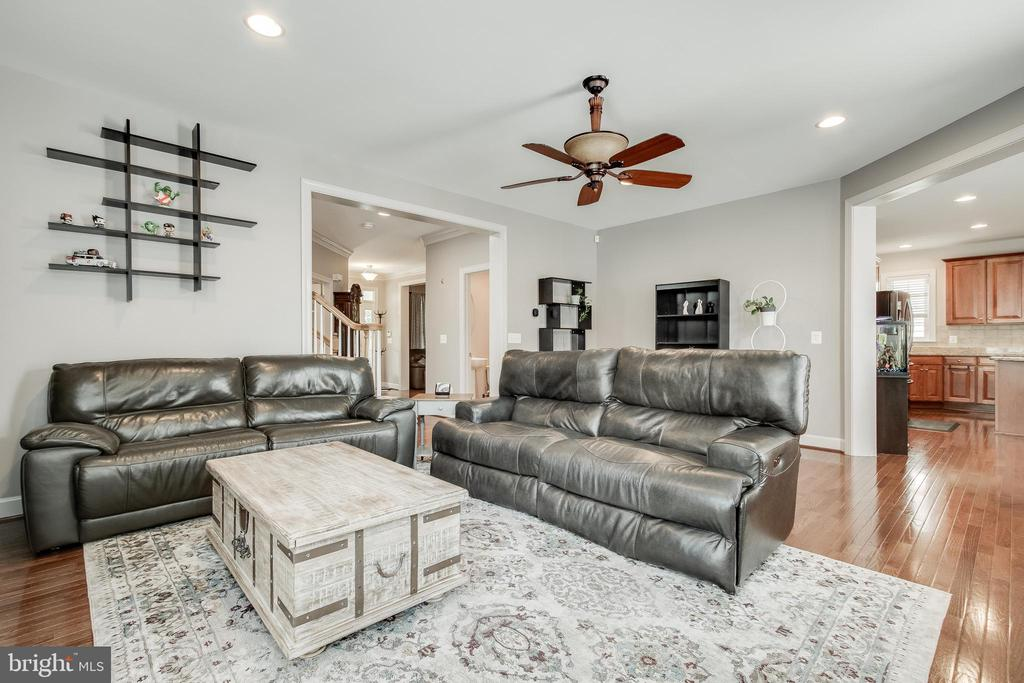 Open plan connects kitchen and family room - 23247 CHRISTOPHER THOMAS LN, BRAMBLETON