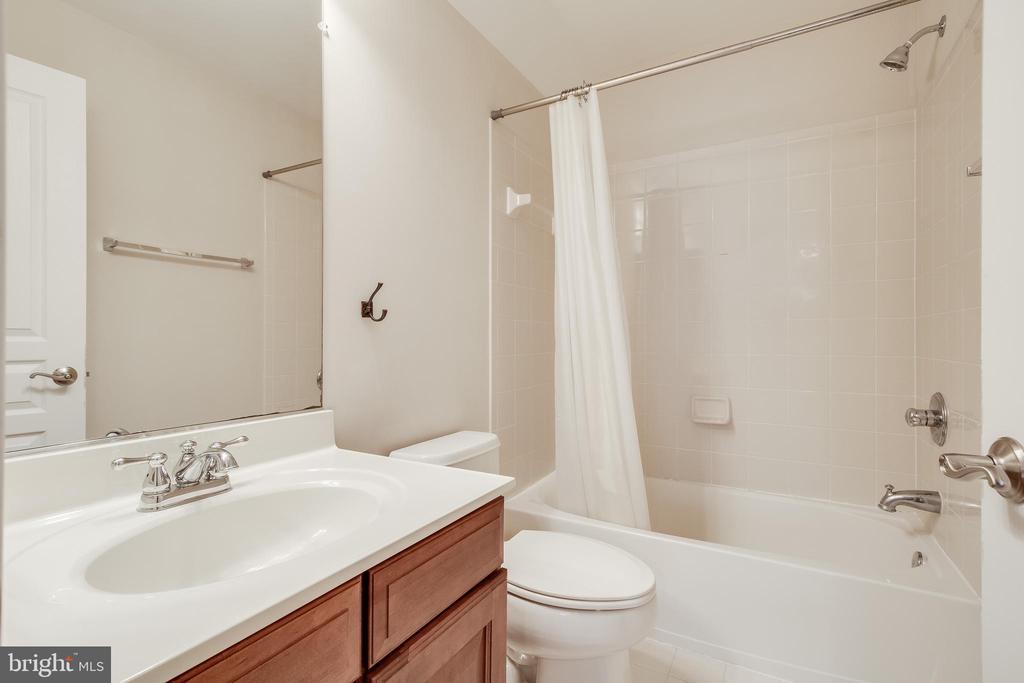 Loft level full bath - 23247 CHRISTOPHER THOMAS LN, BRAMBLETON