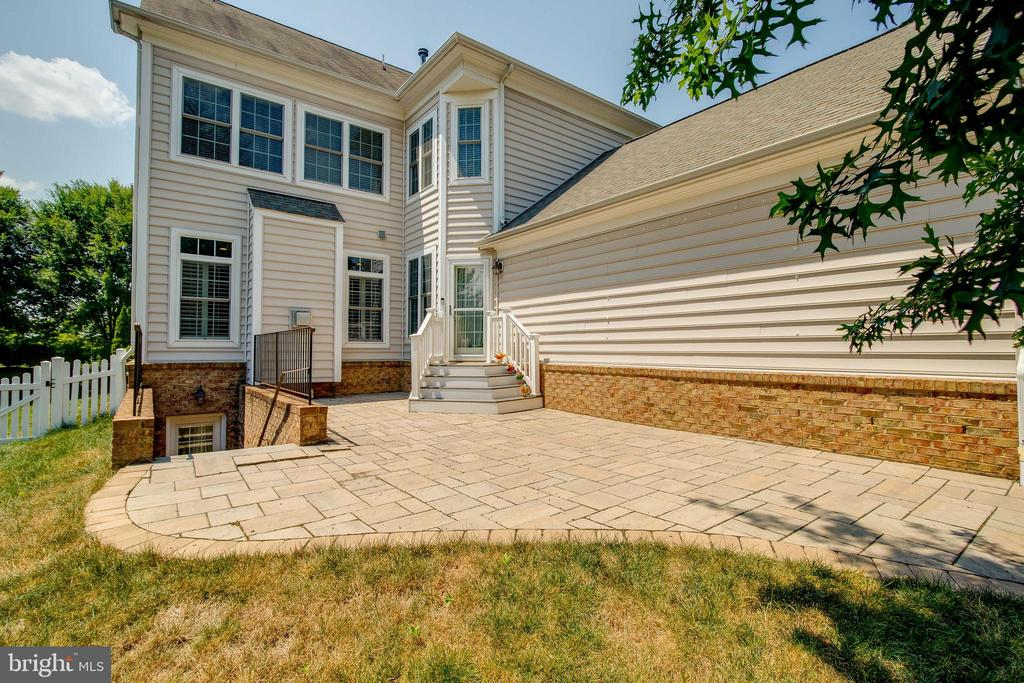 Paver patio in private back yard - 23247 CHRISTOPHER THOMAS LN, BRAMBLETON