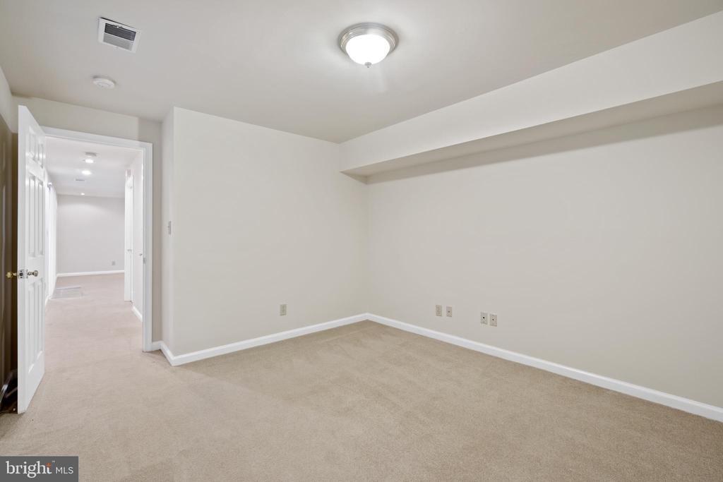 5th bedroom in basement has egress window - 15 SARRINGTON CT, STAFFORD