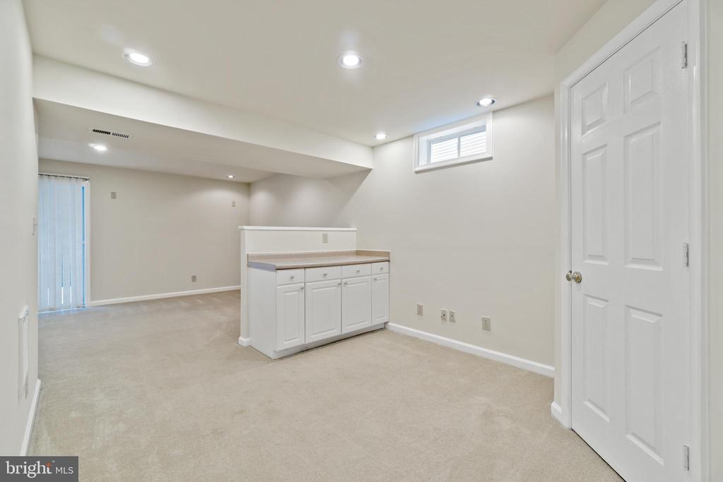 Built in cabinets in rec area - 15 SARRINGTON CT, STAFFORD