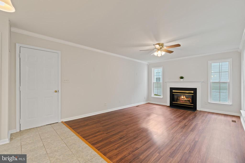 Gas fireplace for those cooler evenings - 15 SARRINGTON CT, STAFFORD