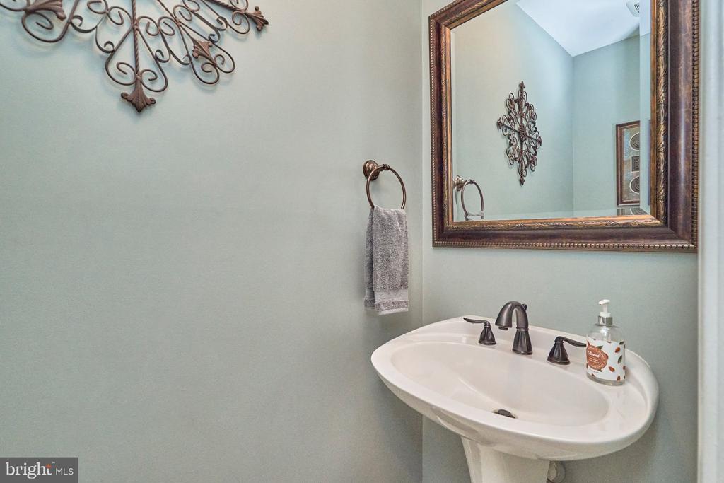 Powder Room with Pedestal Sink - 4291 LAWNVALE DR, GAINESVILLE