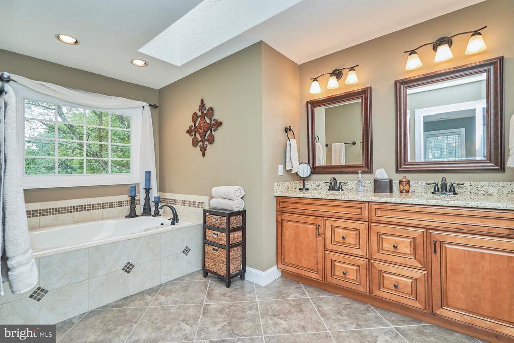 Updated Primary Bath - 4291 LAWNVALE DR, GAINESVILLE