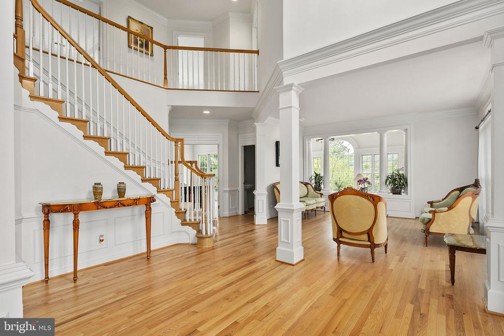 Crown and picture molding - 2792 MARSHALL LAKE DR, OAKTON