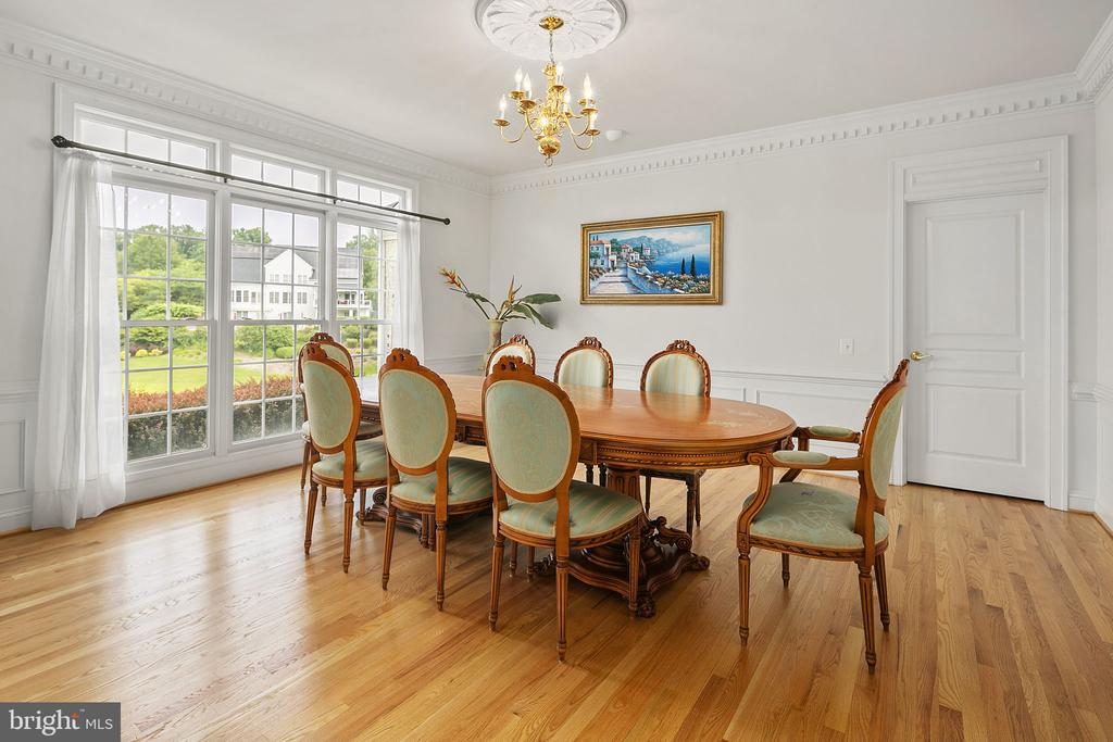 Huge windows, crown dental and picture molding - 2792 MARSHALL LAKE DR, OAKTON