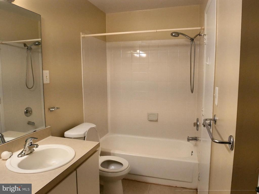 Master bathroom - 5761 REXFORD CT #S, SPRINGFIELD