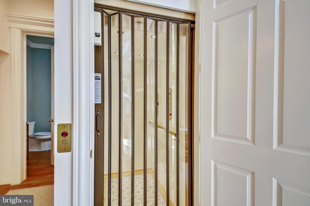 Elevator serves levels 1, 2, 3 - 3038 N PEARY ST, ARLINGTON