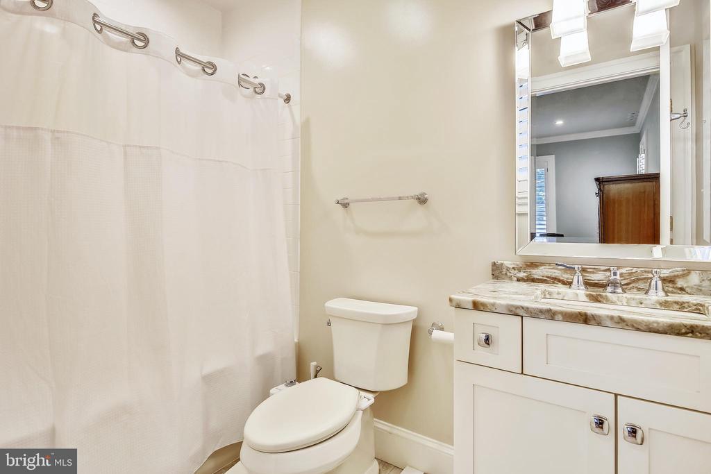 Upper level bath - 3038 N PEARY ST, ARLINGTON