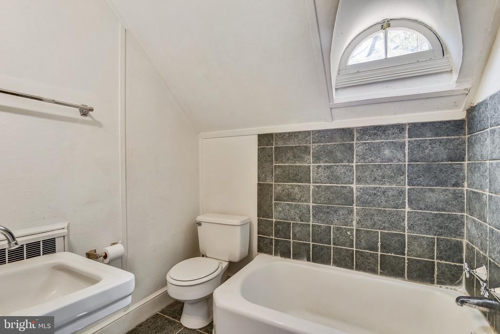 upper level full bath - 114 S BUCKMARSH ST, BERRYVILLE