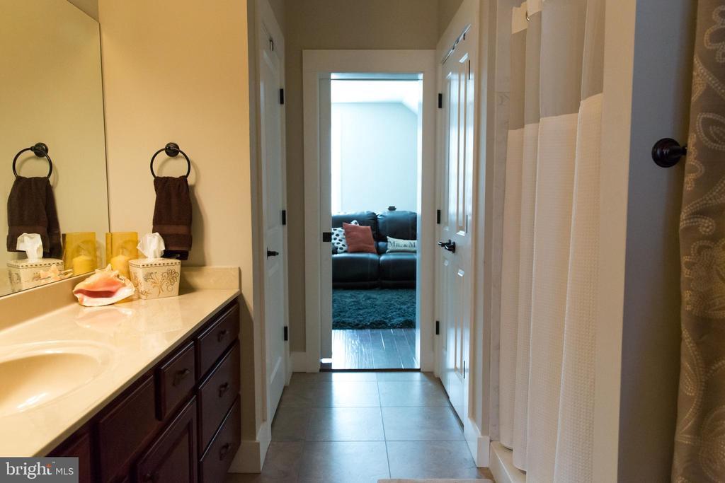 Apartment bathroom - 13686 HIDDENHOLLOW LN, LEESBURG