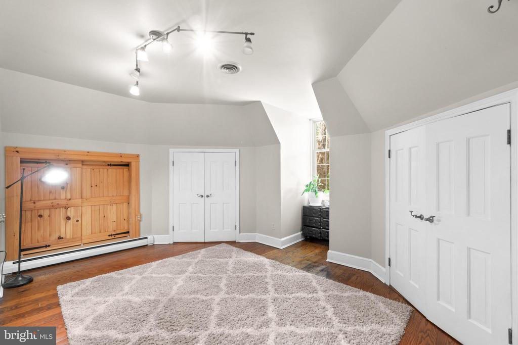 Owner's bedroom sitting/dressing area - 2425 DAISY RD, WOODBINE