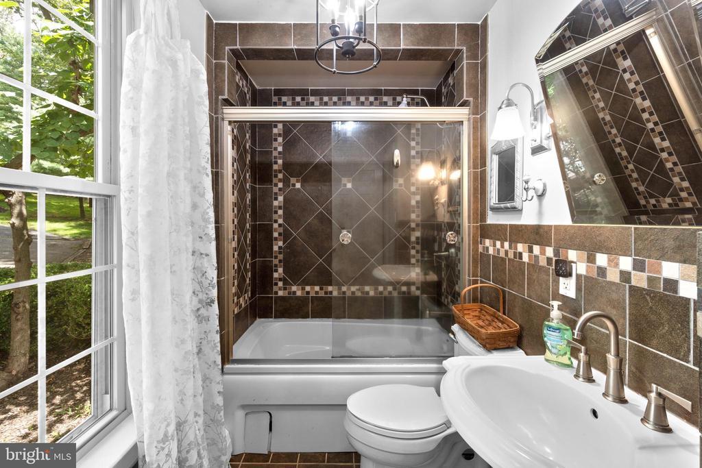 Full bathroom - 2425 DAISY RD, WOODBINE