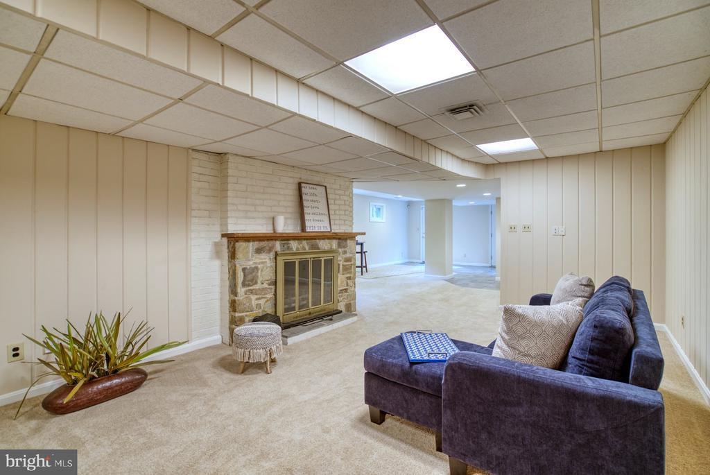 cozy rec room - 9900 MOSBY RD, FAIRFAX