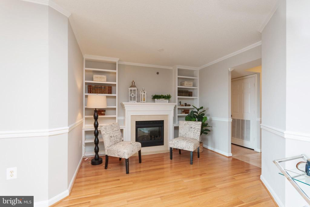 Gas fireplace with custom built in book shelves - 2181 JAMIESON AVE #2010, ALEXANDRIA