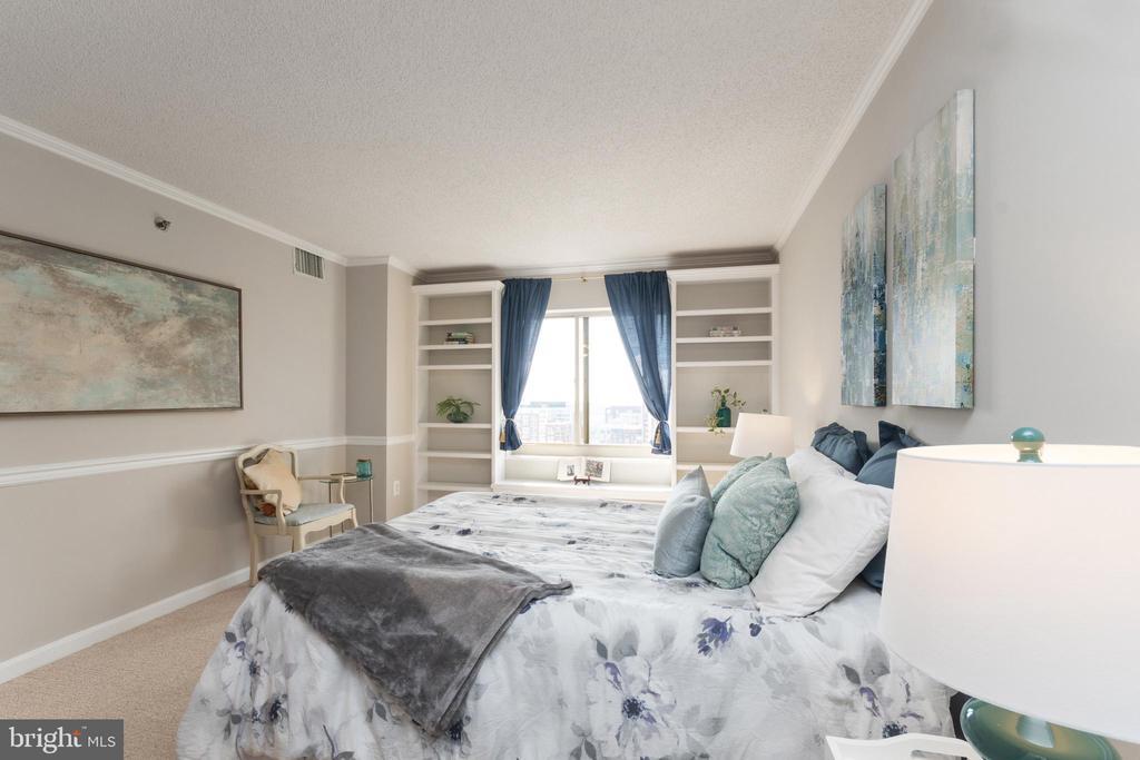 Master bedroom with custom book shelves - 2181 JAMIESON AVE #2010, ALEXANDRIA