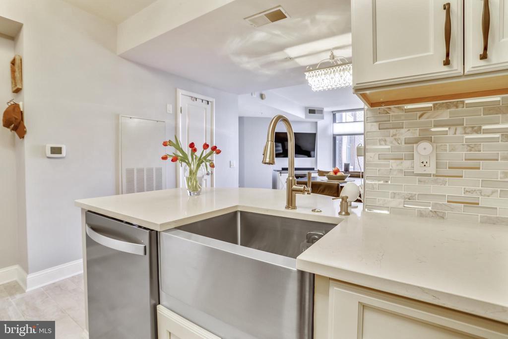 Kitchen towards living Room - 1021 N GARFIELD ST #621, ARLINGTON