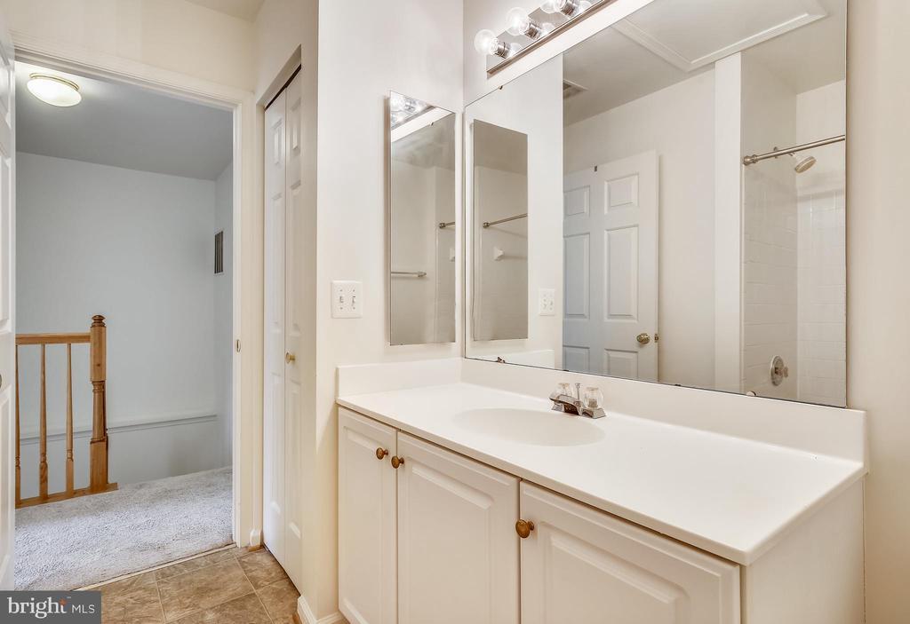Hallway bath - 5970 EDGEHILL CT, ALEXANDRIA