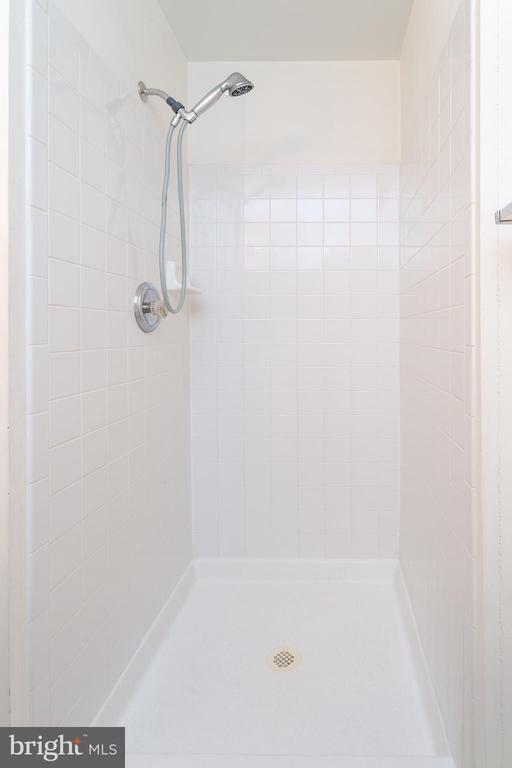 Main bath - 5970 EDGEHILL CT, ALEXANDRIA